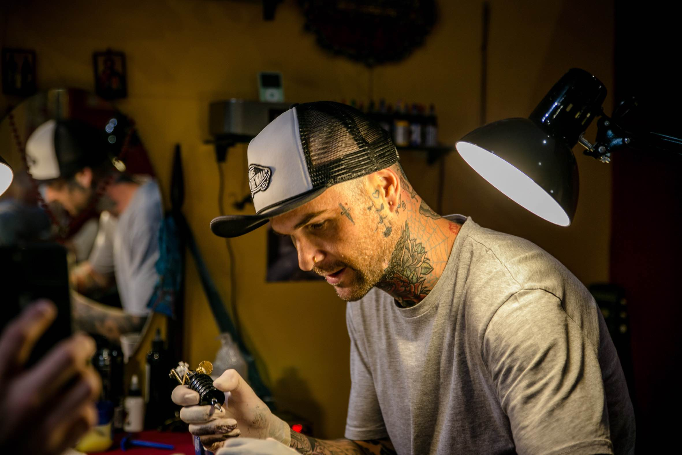 Duran Niemach preparing to tattoo one of his clients