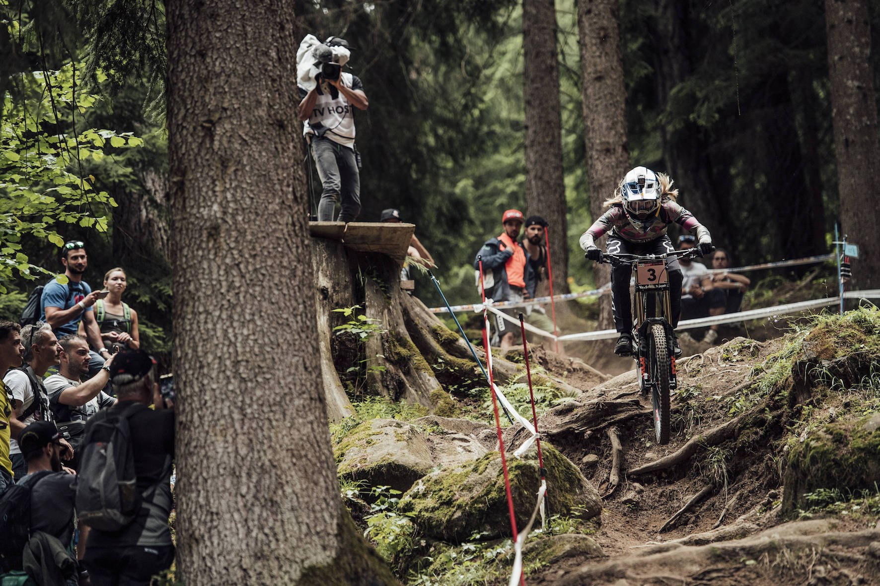Tahnée Seagrave racing her way to victory at the 2018 Val di Sole Downhill MTB World Cup