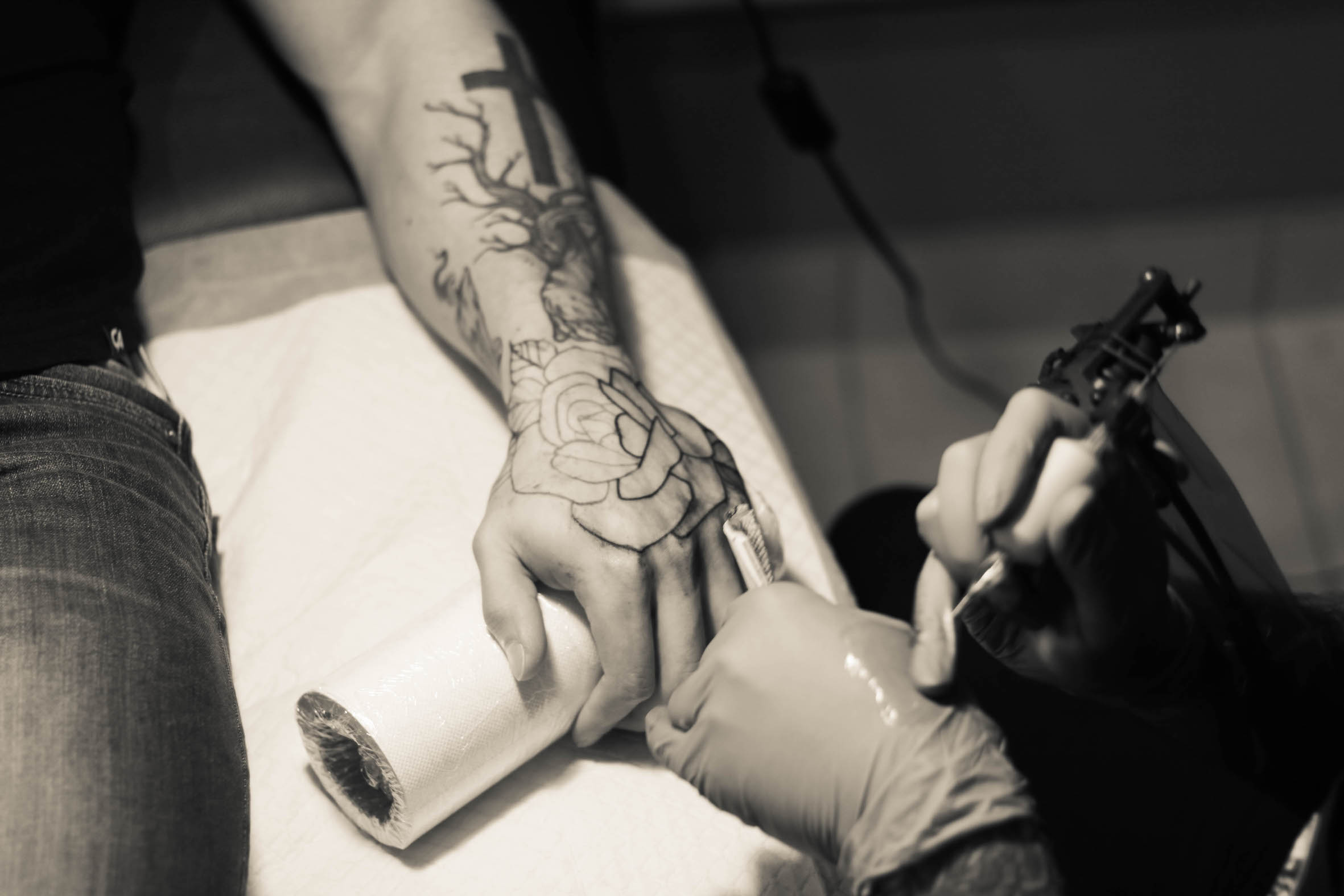 Mason Murdey of Tried and True Tattoos at work