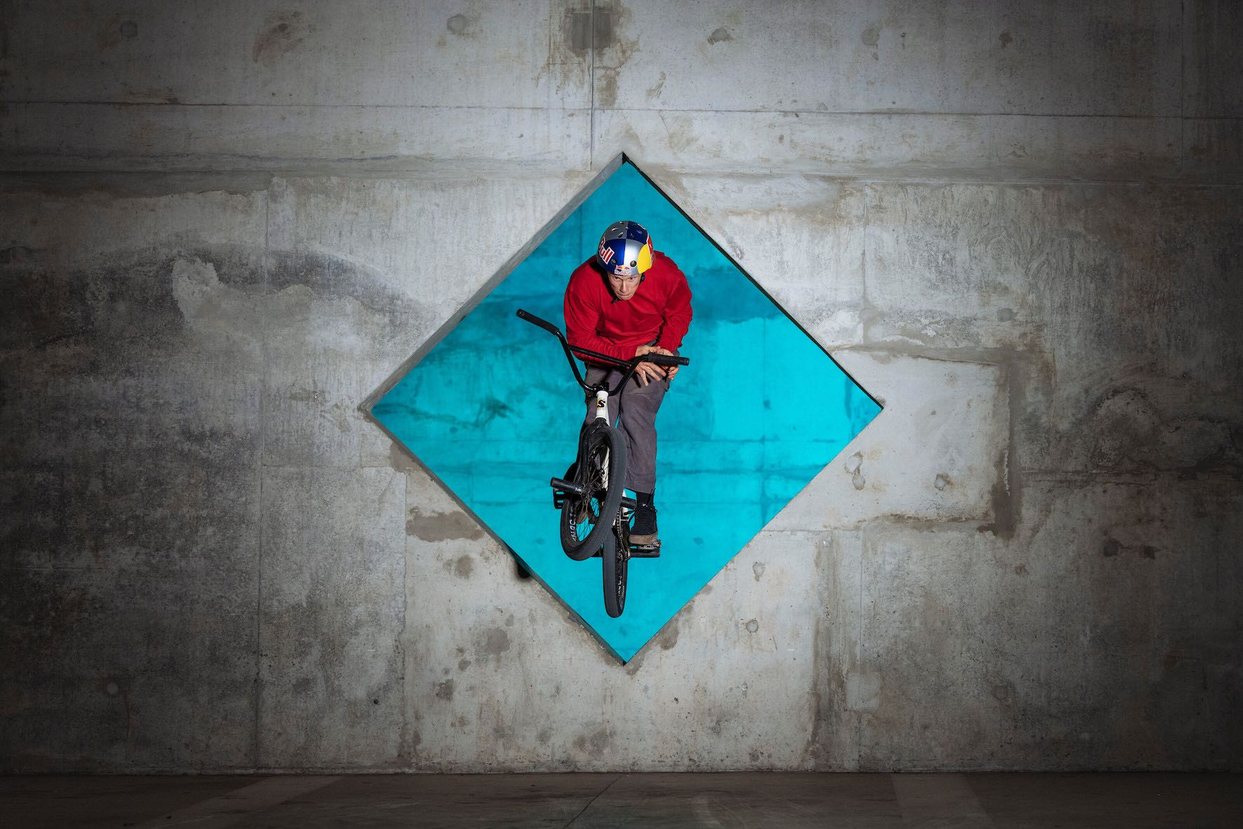 Murray Loubser performs a Barspin at Cape Town Stadium