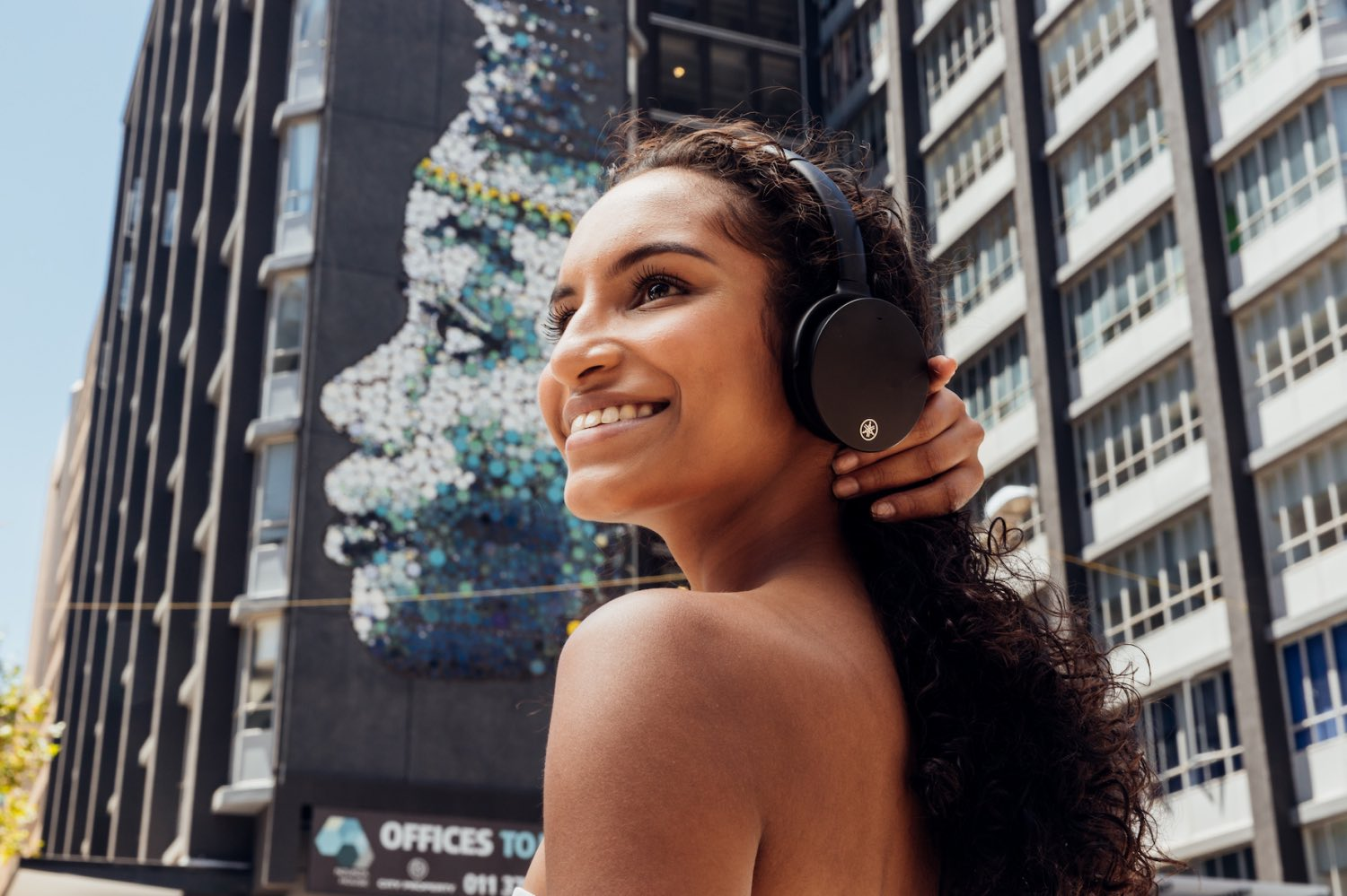 The Yamaha YH-E500 Headphones are now available in South Africa, and after testing them out over the past few weeks we were pleasantly impressed. The perfect headphones for on-the-go, work, and play use.
