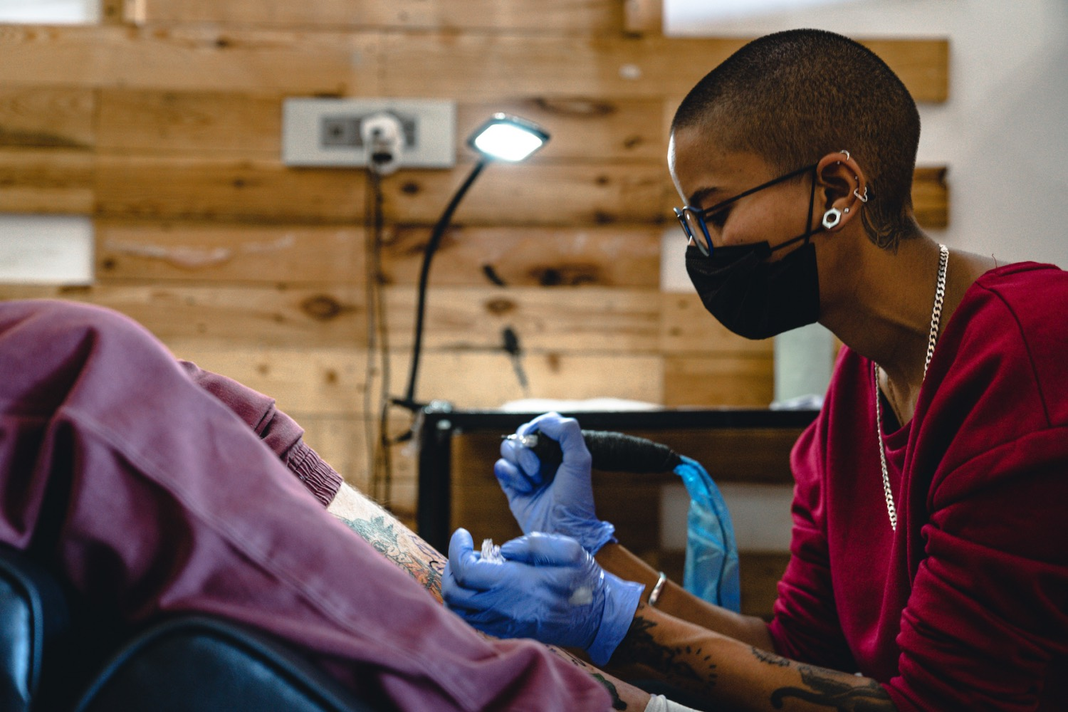 Siobhon Tsczar Naidoo tattooing a client out of The Tattoo gallery